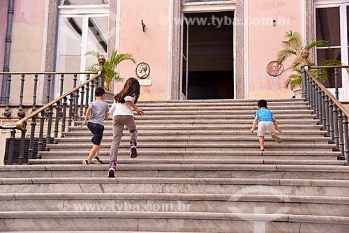 Crianças em escadaria no Museu Nacional - antigo Paço de São Cristóvão  - Rio de Janeiro - Rio de Janeiro (RJ) - Brasil