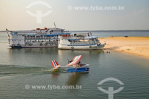 Hidroavião e chalanas - embarcação regional - na orla do Rio Arapiuns  - Santarém - Pará (PA) - Brasil
