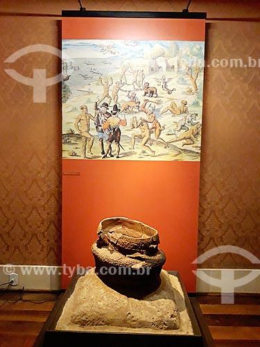 Vaso de barro em exibição no Museu Nacional - antigo Paço de São Cristóvão  - Rio de Janeiro - Rio de Janeiro (RJ) - Brasil