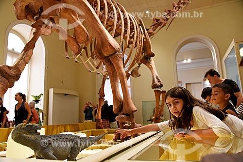 Menina observando réplica de fóssil de titanossauro em exibição no Museu Nacional - antigo Paço de São Cristóvão  - Rio de Janeiro - Rio de Janeiro (RJ) - Brasil