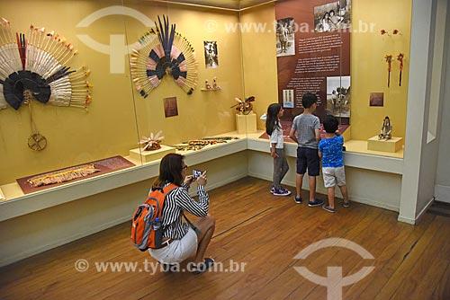 Mulher fotografando crianças na exposição Os Karajás - plumária e etnografia - no Museu Nacional - antigo Paço de São Cristóvão  - Rio de Janeiro - Rio de Janeiro (RJ) - Brasil