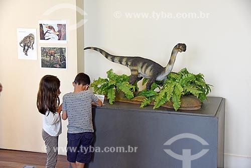 Crianças observando réplica de dinossauro em exibição no Museu Nacional - antigo Paço de São Cristóvão  - Rio de Janeiro - Rio de Janeiro (RJ) - Brasil