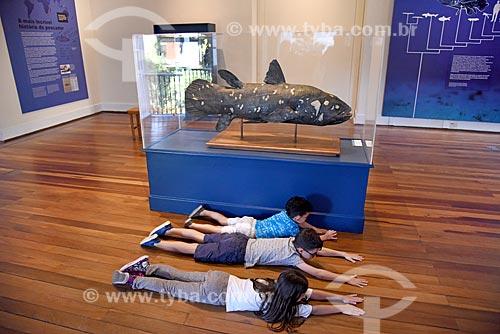 Crianças interagindo com réplica de peixe em exibição no Museu Nacional - antigo Paço de São Cristóvão  - Rio de Janeiro - Rio de Janeiro (RJ) - Brasil