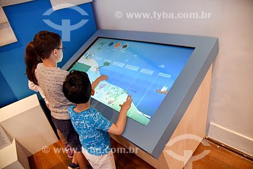 Crianças interagindo com exposição no Museu Nacional - antigo Paço de São Cristóvão  - Rio de Janeiro - Rio de Janeiro (RJ) - Brasil