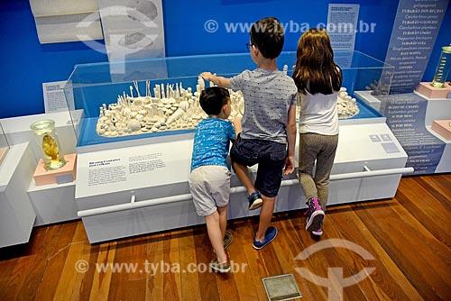Crianças observando corais em exibição no Museu Nacional - antigo Paço de São Cristóvão  - Rio de Janeiro - Rio de Janeiro (RJ) - Brasil