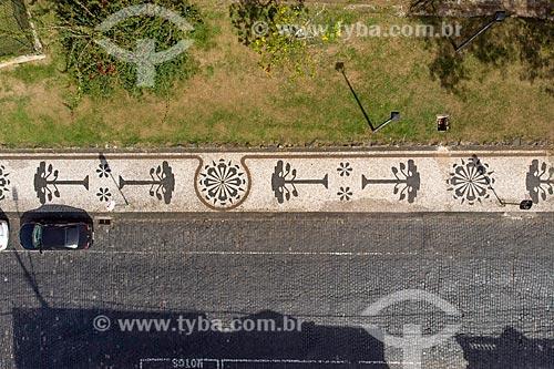 Foto feita com drone de calçamento em pedra portuguesa com desenhos de araucárias na Praça João Cândido  - Curitiba - Paraná (PR) - Brasil