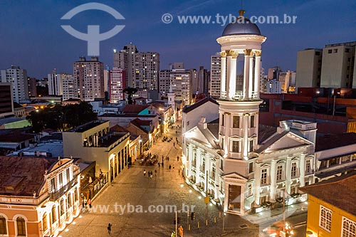 Foto feita com drone da Igreja Presbiteriana Independente de Curitiba durante o anoitecer com prédios do centro de Curitiba ao fundo  - Curitiba - Paraná (PR) - Brasil