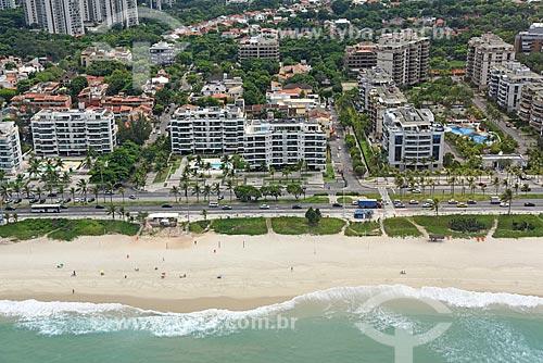 Foto aérea da Avenida Lúcio Costa - também conhecida como Avenida Sernambetiba - com a orla da Praia da Barra da Tijuca  - Rio de Janeiro - Rio de Janeiro (RJ) - Brasil