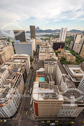 Vista de cima de prédios do centro do Rio de Janeiro com o Pão de Açúcar ao fundo  - Rio de Janeiro - Rio de Janeiro (RJ) - Brasil