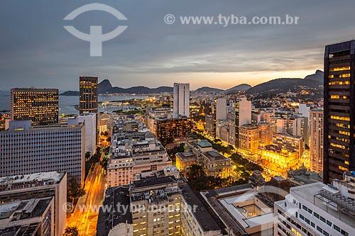 Vista de prédios do centro do Rio de Janeiro com o Pão de Açúcar ao fundo durante o pôr do sol  - Rio de Janeiro - Rio de Janeiro (RJ) - Brasil