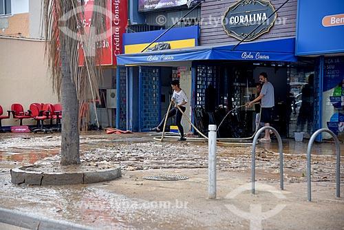 Funcionários limpando calçada com lama após enchente  - Rio de Janeiro - Rio de Janeiro (RJ) - Brasil