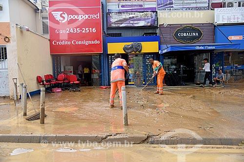 Gari limpando limpando calçada com lama após enchente  - Rio de Janeiro - Rio de Janeiro (RJ) - Brasil