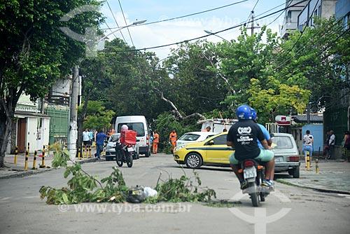 Galhos de árvore sinalizando buraco no asfalto em rua interditada por queda de árvore após tempestade  - Rio de Janeiro - Rio de Janeiro (RJ) - Brasil