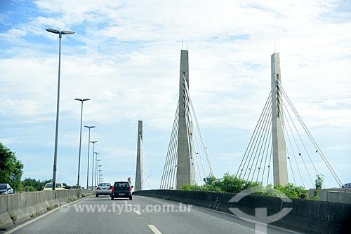 Tráfego na Avenida Ayrton Senna com a Ponte Cardeal Dom Eugênio de Araújo Sales (2013) à direita  - Rio de Janeiro - Rio de Janeiro (RJ) - Brasil
