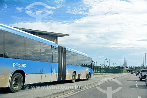 Ônibus do BRT (Bus Rapid Transit) na Estação do BRT Transcarioca - Estação Lourenço Jorge  - Rio de Janeiro - Rio de Janeiro (RJ) - Brasil