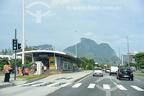 Estação do BRT Transcarioca - Estação Ricardo Marinho - na Avenida das Américas com a Pedra da Gávea ao fundo  - Rio de Janeiro - Rio de Janeiro (RJ) - Brasil