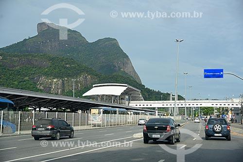 Estação do BRT Transcarioca - Estação Jardim Oceânico - na Avenida das Américas com a Pedra da Gávea ao fundo  - Rio de Janeiro - Rio de Janeiro (RJ) - Brasil