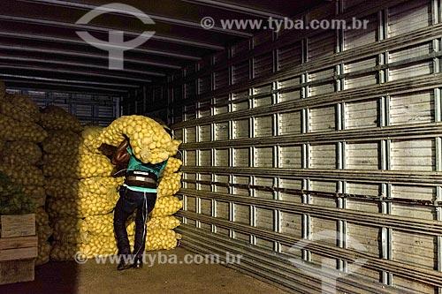 Trabalhador carregando saco de batatas na Central de Abastecimento do Estado do Rio de Janeiro (CEASA RJ)  - Rio de Janeiro - Rio de Janeiro (RJ) - Brasil