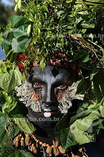 Detalhe do artista e educador conhecido como Emerson Munduruku com seu personagem de floresta Uyra Sodoma durante a aula na reserva sustentável de Anavilhanas  - Novo Airão - Amazonas (AM) - Brasil