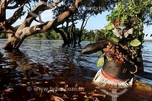 Artista e educador conhecido como Emerson Munduruku com seu personagem de floresta Uyra Sodoma durante a aula na reserva sustentável de Anavilhanas  - Novo Airão - Amazonas (AM) - Brasil