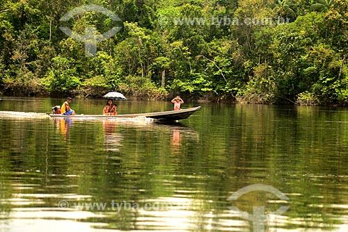 Família em lancha no Rio Negro  - Amazonas (AM) - Brasil