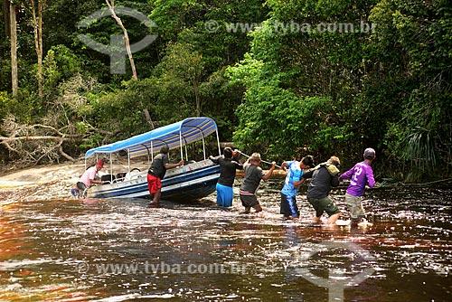 Içamento de voadeira - embarcação regional - no Igarapé Abuará  - Santa Isabel do Rio Negro - Amazonas (AM) - Brasil