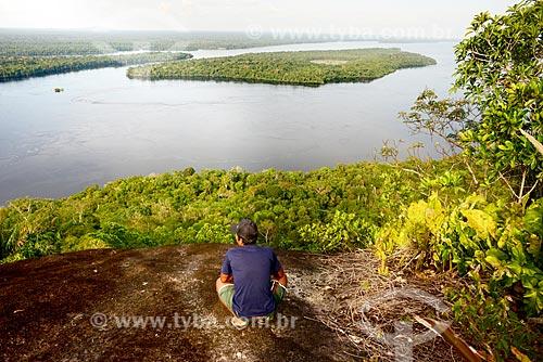 Homem observando a vista na trilha da Serras Guerreiras do Tapuruquara com o Rio Negro ao fundo  - Santa Isabel do Rio Negro - Amazonas (AM) - Brasil