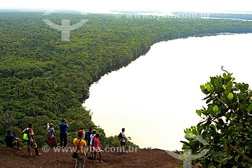 Turistas observando a vista na trilha da Serras Guerreiras do Tapuruquara com o Rio Negro ao fundo  - Santa Isabel do Rio Negro - Amazonas (AM) - Brasil