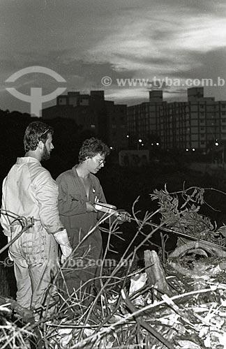 Funcionários da Comissão Nacional de Energia Nuclear (CNEN) analisando foco de contaminação após o acidente com o césio-137 no Setor Central de Goiânia  - Goiânia - Goiás (GO) - Brasil