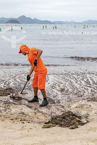 Garis da COMLURB limpando a orla da Praia de Copacabana - Posto 6 - por causa da maré vermelha - excesso de micro-algas dinoflageladas  - Rio de Janeiro - Rio de Janeiro (RJ) - Brasil