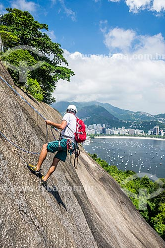 Detalhe de alpinista durante a escalada do Morro da Urca com a Enseada de Botafogo ao fundo  - Rio de Janeiro - Rio de Janeiro (RJ) - Brasil