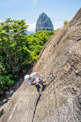 Detalhe de alpinista durante a escalada do Morro da Urca com o Pão de Açúcar ao fundo  - Rio de Janeiro - Rio de Janeiro (RJ) - Brasil
