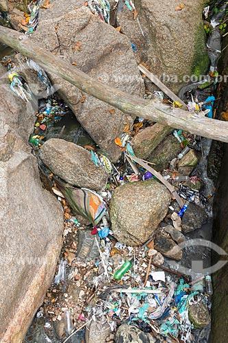 Detalhe de lixo na orla do Rio de Janeiro  - Rio de Janeiro - Rio de Janeiro (RJ) - Brasil