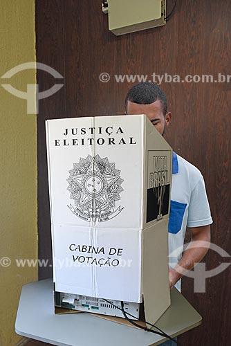 Homem realizando testes em urna eletrônica  - Rio de Janeiro - Rio de Janeiro (RJ) - Brasil