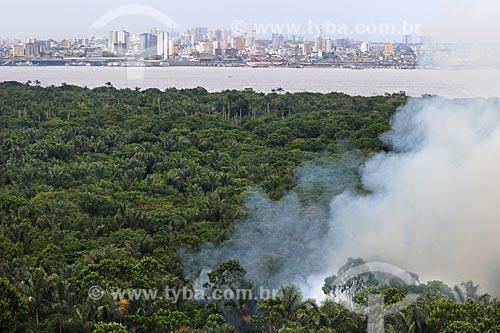 Foto aérea de queimada na Floresta Amazônica com os prédios da cidade de Manaus ao fundo  - Manaus - Amazonas (AM) - Brasil