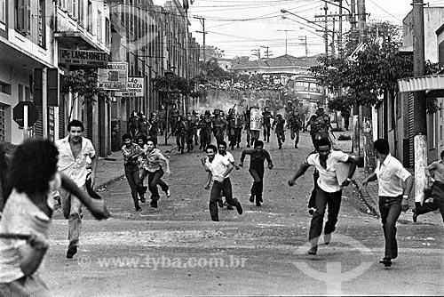 Confronto entre manifestantes e a Polícia do Exército durante a intervenção militar no Sindicato dos Metalúrgicos  - São Bernardo do Campo - São Paulo (SP) - Brasil