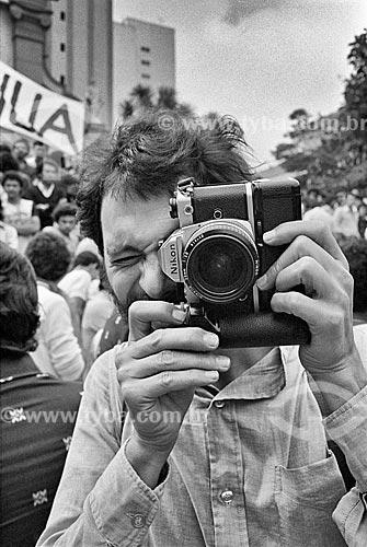 Detalhe do fotógrafo Juca Martins durante assembleia dos metalúrgico - década de 1980  - São Bernardo do Campo - São Paulo (SP) - Brasil