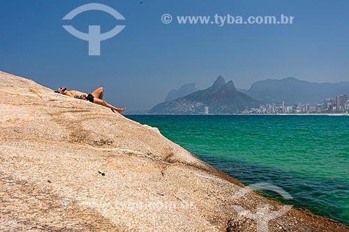 Homem tomando sol na Pedra do Arpoador  - Rio de Janeiro - Rio de Janeiro (RJ) - Brasil