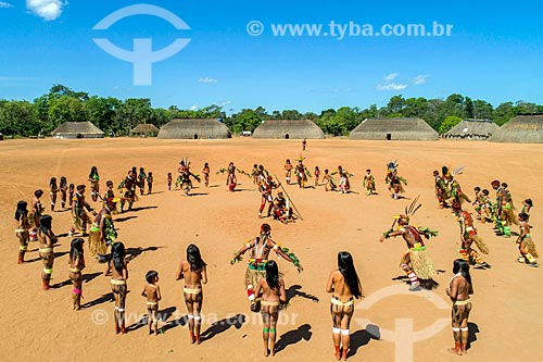 Foto feita com drone de homens em círculo durante a dança Tapanawanã com mulheres observando na aldeia Aiha da tribo Kalapalo - ACRÉSCIMO DE 100% SOBRE O VALOR DE TABELA  - Querência - Mato Grosso (MT) - Brasil