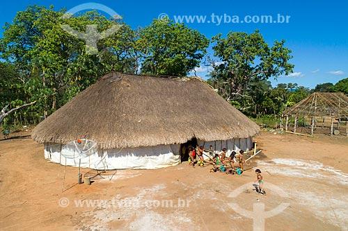 Foto feita com drone de crianças fazendo a Dança da Taquara - meninos em fila tocando a flauta Uruá com as meninas ao lado - na aldeia Aiha da tribo Kalapalo - ACRÉSCIMO DE 100% SOBRE O VALOR DE TABELA  - Querência - Mato Grosso (MT) - Brasil