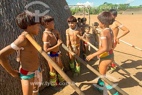 Meninos se preparando para a dança da Taquara na aldeia Aiha da tribo Kalapalo - ACRÉSCIMO DE 100% SOBRE O VALOR DE TABELA  - Querência - Mato Grosso (MT) - Brasil