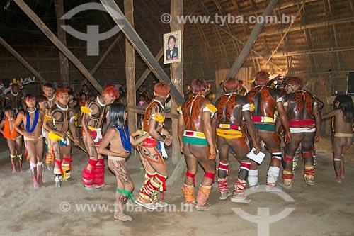 Dança do beija-flor em interior de oca na aldeia Aiha da tribo Kalapalo - ACRÉSCIMO DE 100% SOBRE O VALOR DE TABELA  - Querência - Mato Grosso (MT) - Brasil