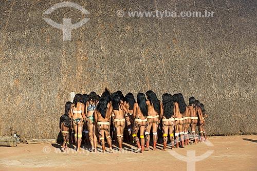 Mulheres indígenas durante a Dança Yamaricumã - na mitologia indígena a lenda Yamaricumã narra uma revolta das mulheres - na aldeia Aiha da tribo Kalapalo - ACRÉSCIMO DE 100% SOBRE O VALOR DE TABELA  - Querência - Mato Grosso (MT) - Brasil