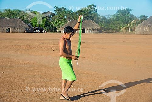 Índio na aldeia Aiha da tribo Kalapalo segurando colares de miçangas - ACRÉSCIMO DE 100% SOBRE O VALOR DE TABELA  - Querência - Mato Grosso (MT) - Brasil
