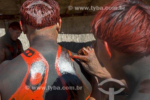 Detalhe de índios na aldeia Aiha da tribo Kalapalo fazendo pintura corporal com urucum - ACRÉSCIMO DE 100% SOBRE O VALOR DE TABELA  - Querência - Mato Grosso (MT) - Brasil
