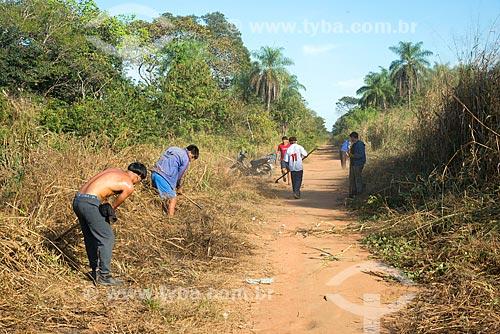 Índios da tribo Kalapalo capinando próximo à aldeia Aiha - ACRÉSCIMO DE 100% SOBRE O VALOR DE TABELA  - Querência - Mato Grosso (MT) - Brasil