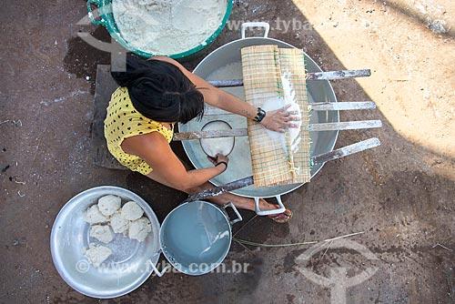 Mulher indígena lavando a mandioca para obter o polvilho na aldeia Aiha da tribo Kalapalo - ACRÉSCIMO DE 100% SOBRE O VALOR DE TABELA  - Querência - Mato Grosso (MT) - Brasil