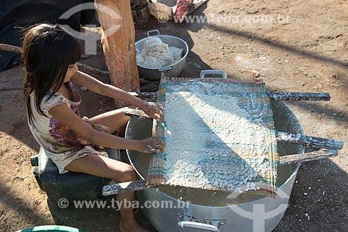 Menina indígena lavando a mandioca para obter o polvilho na aldeia Aiha da tribo Kalapalo - ACRÉSCIMO DE 100% SOBRE O VALOR DE TABELA  - Querência - Mato Grosso (MT) - Brasil