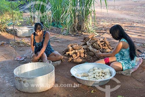 Mulheres indígenas na aldeia Aiha da tribo Kalapalo descascando mandioca - ACRÉSCIMO DE 100% SOBRE O VALOR DE TABELA  - Querência - Mato Grosso (MT) - Brasil