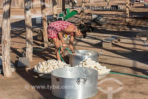 Mulher indígena na aldeia Aiha da tribo Kalapalo lavando mandioca - ACRÉSCIMO DE 100% SOBRE O VALOR DE TABELA  - Querência - Mato Grosso (MT) - Brasil